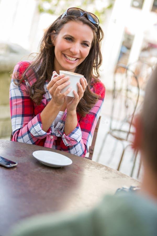 喝查出的微笑的白人妇女的咖啡 免版税库存图片