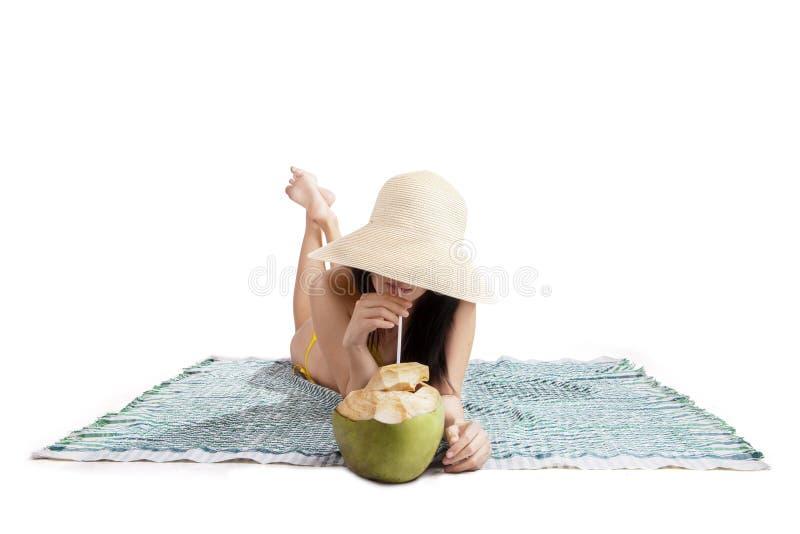 喝椰子水的妇女被隔绝 图库摄影