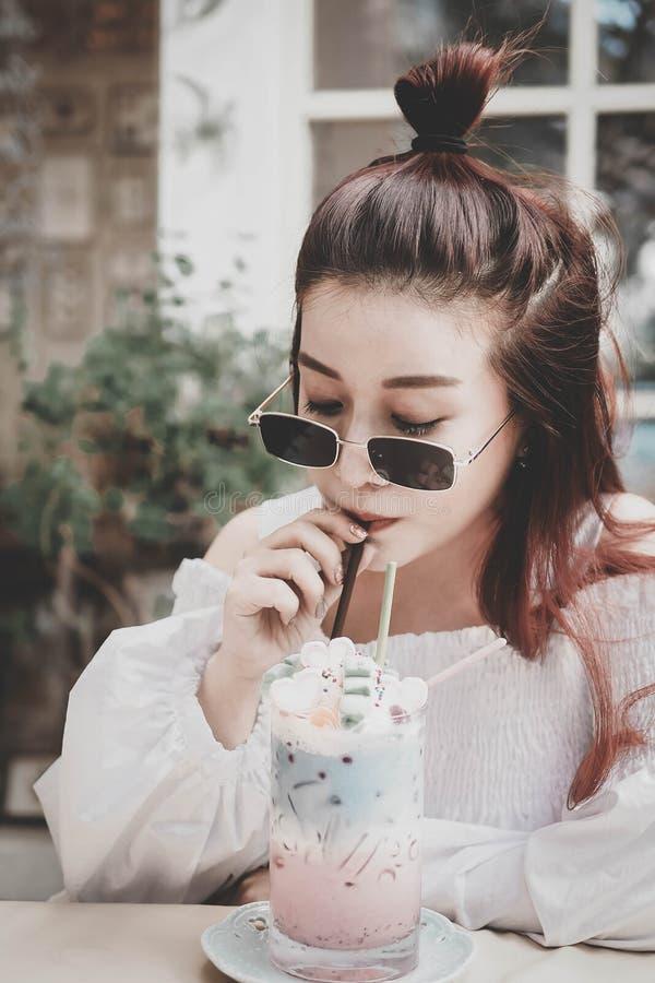 喝淡色饮料,生活方式,假日的妇女 库存图片