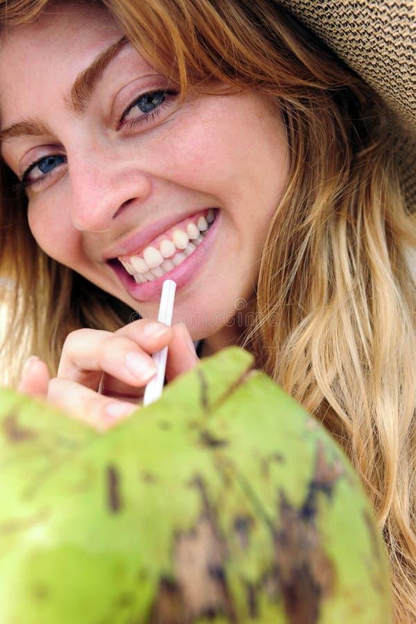 喝渴水妇女的接近的椰子 图库摄影