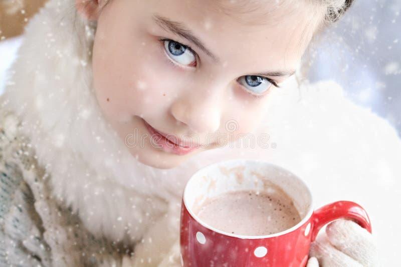 喝热巧克力的女孩室外 免版税图库摄影