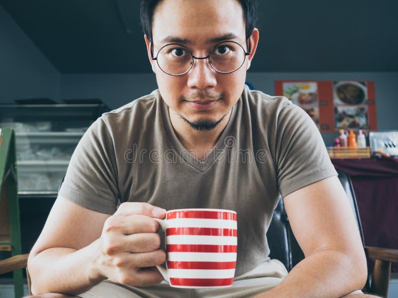 喝热的咖啡茶或可可粉的人 免版税库存照片