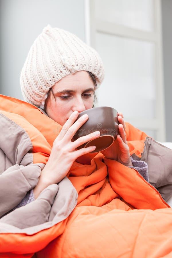 喝热的汤的不适的妇女 图库摄影