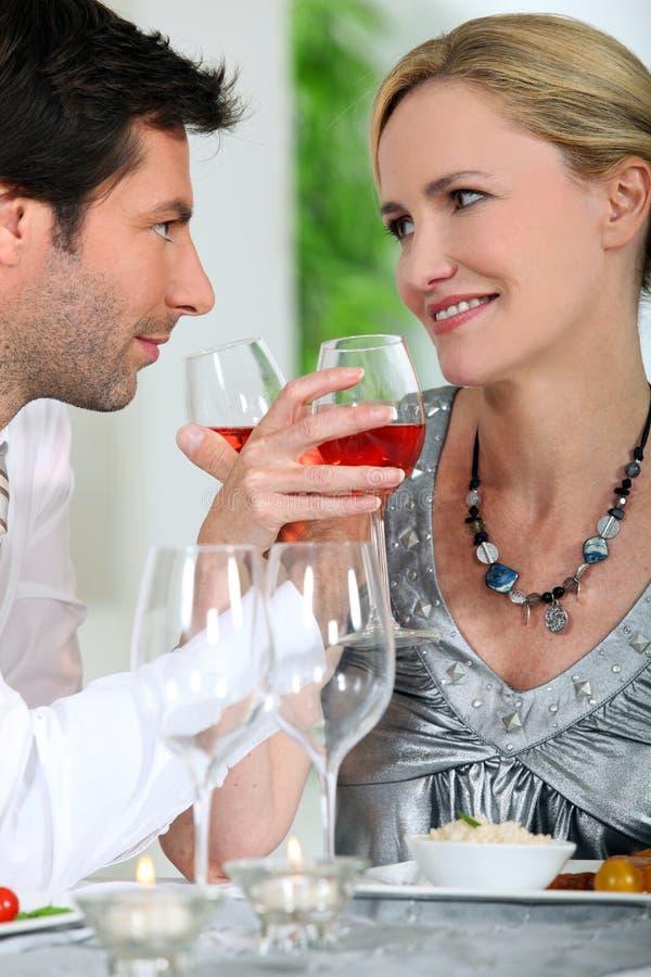 喝玫瑰酒红色的夫妇 免版税库存照片