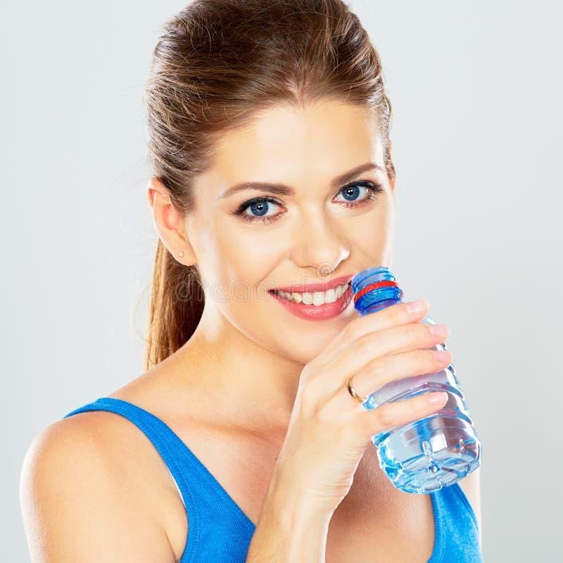 喝瓶的矿泉水活跃妇女画象 免版税库存照片