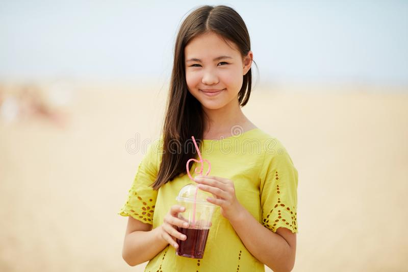 喝甜饮料的亚裔女孩 库存照片