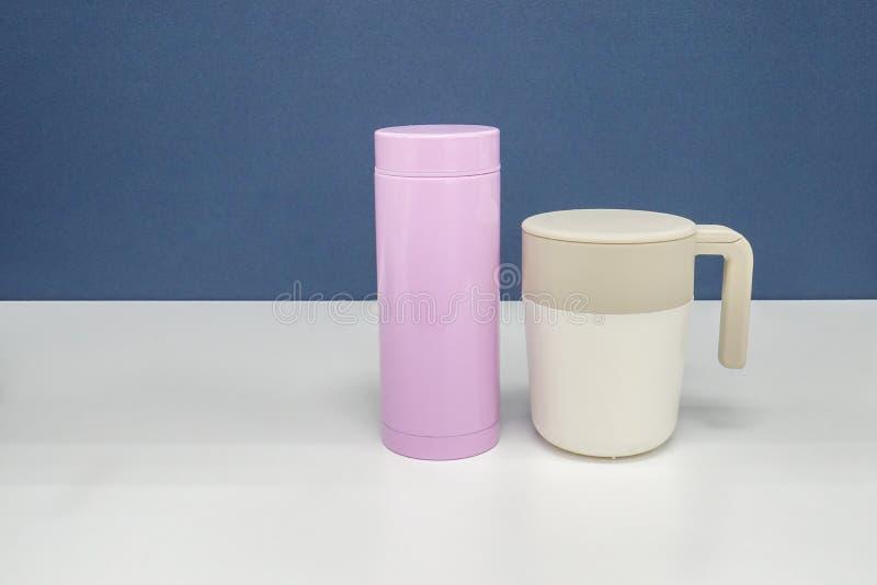 喝的温暖的水和咖啡杯保温瓶有盒盖的在办公室 库存照片