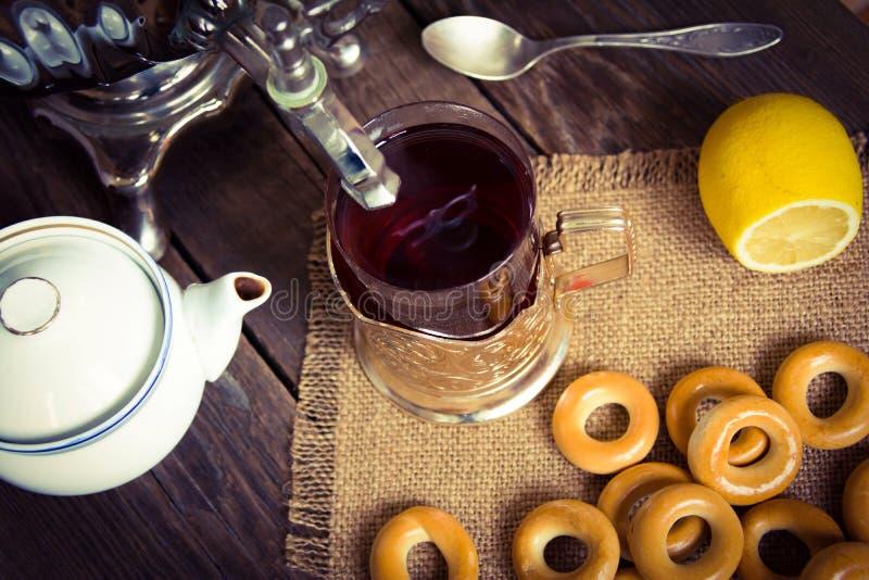 喝的茶,俄国式茶炊茶 免版税库存照片