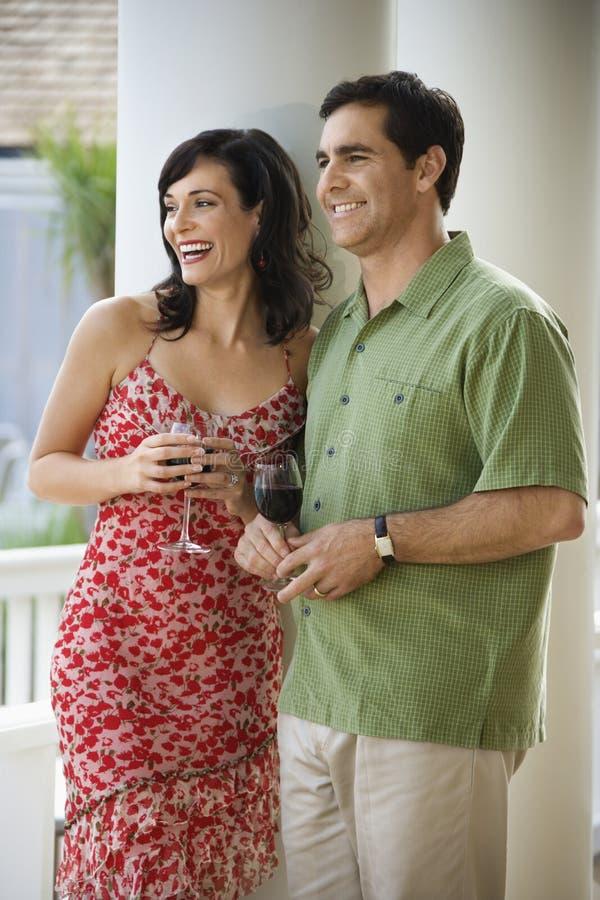 喝红葡萄酒的夫妇 免版税库存图片