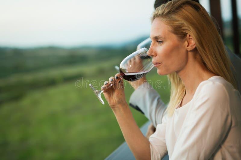 喝红葡萄酒的夫妇 免版税图库摄影