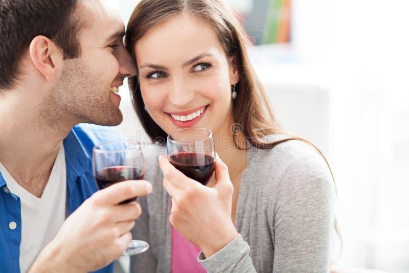 年轻夫妇饮用的酒 图库摄影