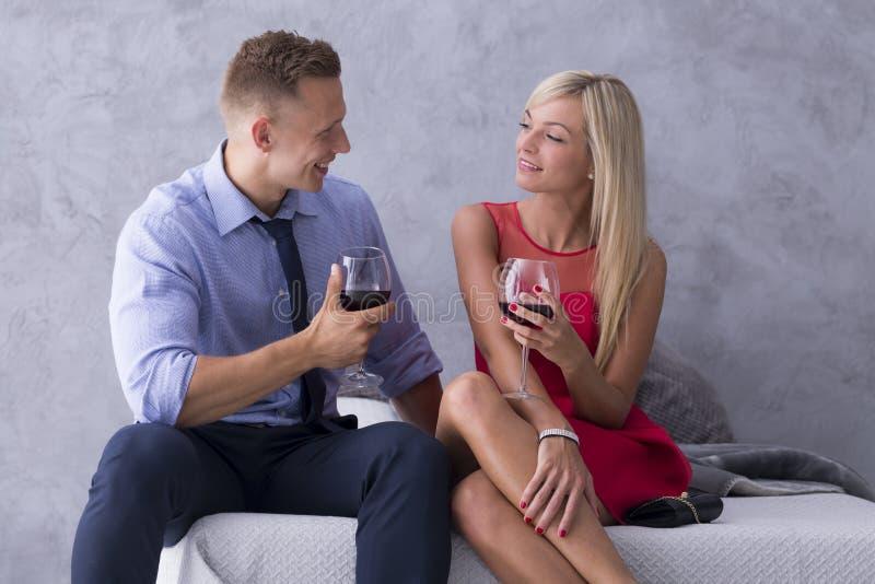 喝红葡萄酒年轻人的夫妇 库存照片