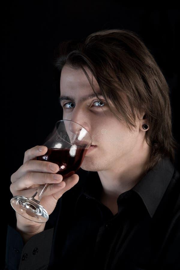 喝英俊的苍白吸血鬼的血液 库存图片