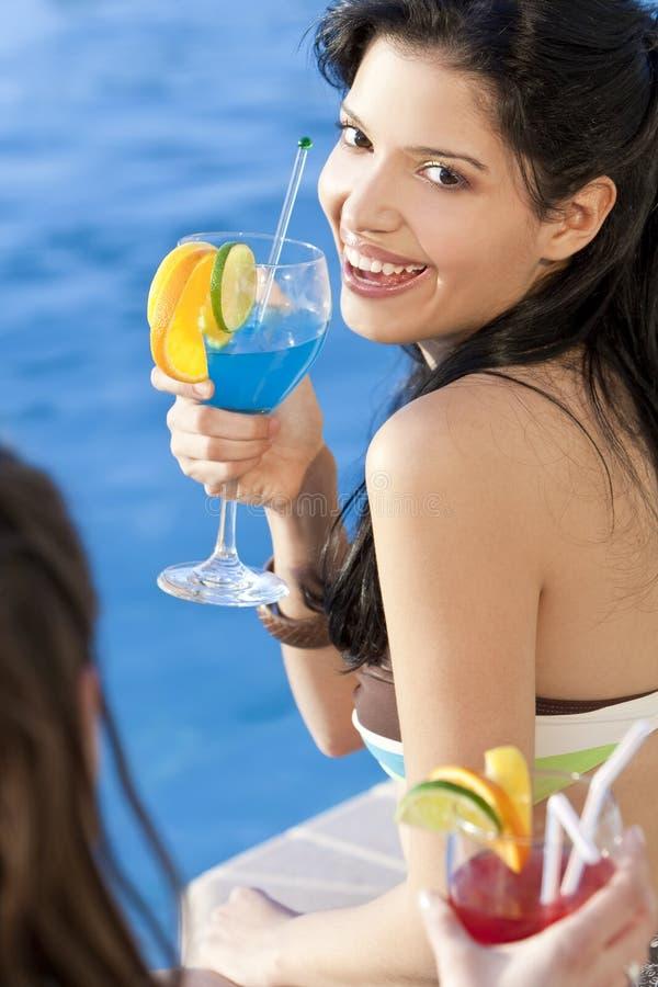 喝西班牙妇女的美丽的鸡尾酒 免版税库存照片