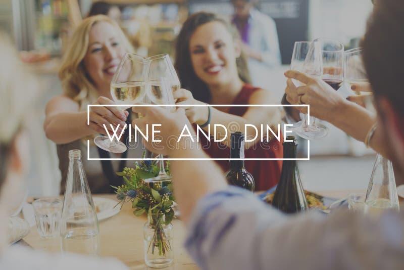 喝酒并且用餐晚餐饮用的享受食物概念 库存照片