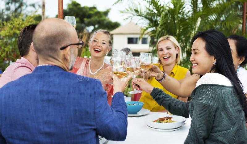 喝酒的朋友在屋顶餐馆 免版税库存图片