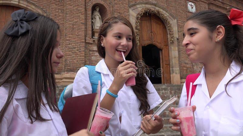 喝饮料的天主教学校女孩 免版税库存照片