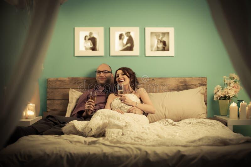喝香宾的已婚夫妇 免版税库存照片