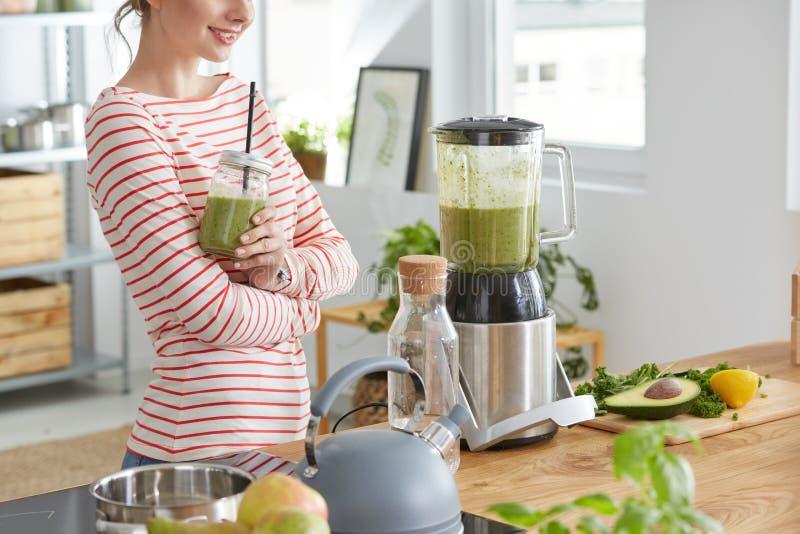 喝绿色震动的妇女 免版税图库摄影