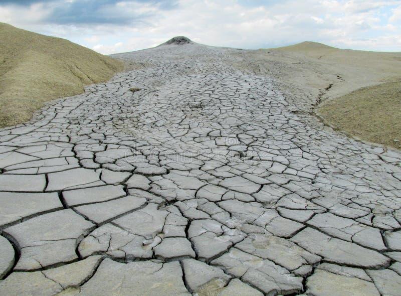 喷发与土, vulcanii Noroiosi的泥火山在Buzau,罗马尼亚 免版税库存照片