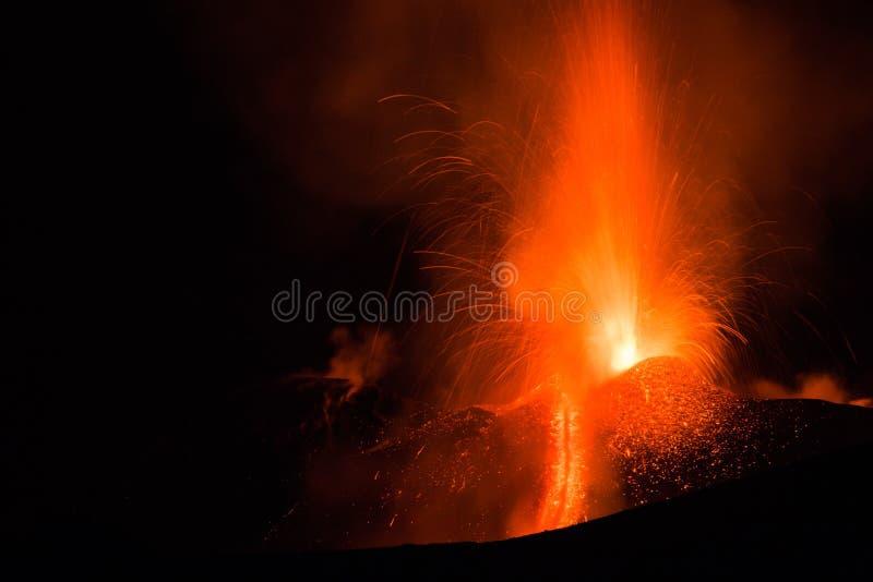 喷发与爆炸和熔岩流的Etna火山 免版税库存照片