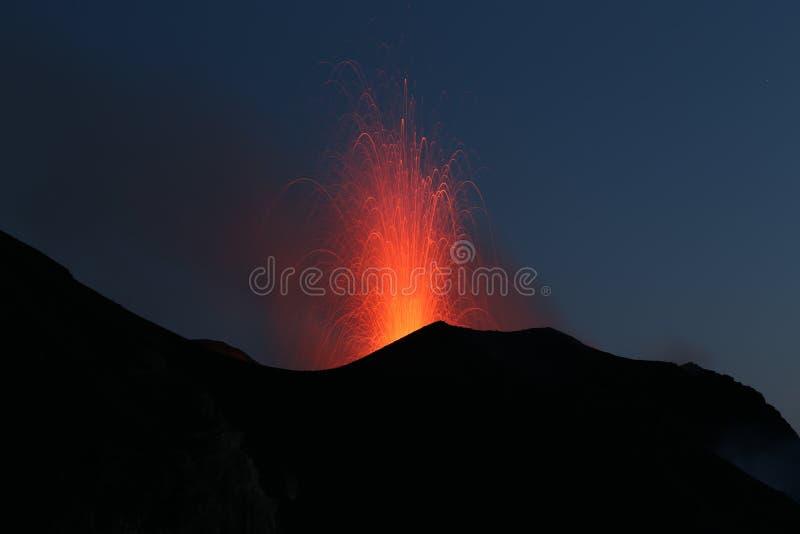 喷发与Strombolian类型爆发的火山 免版税库存图片