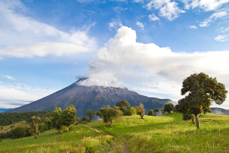 喷发在与烟的日出的Tungurahua火山 免版税库存图片