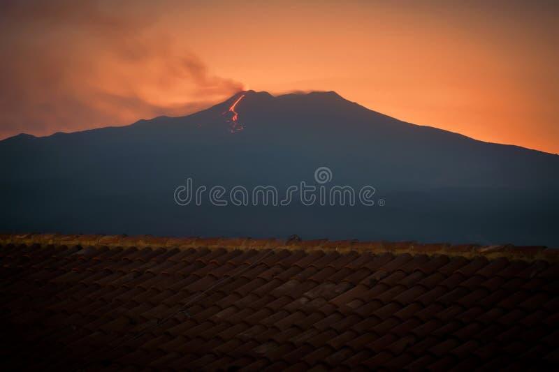 喷发在日落的Etna火山 图库摄影