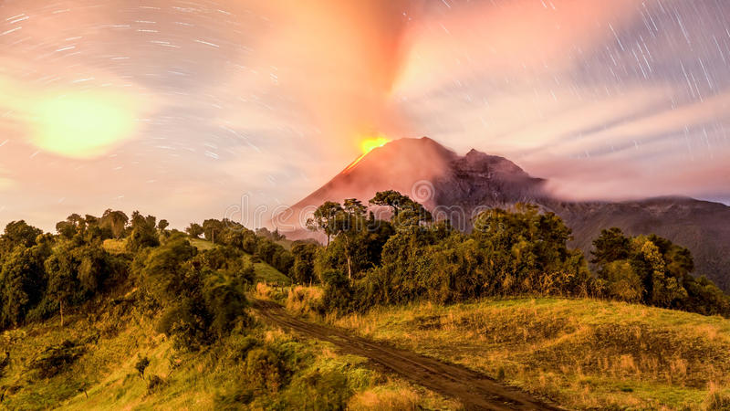 喷发长的曝光的通古拉瓦火山 免版税库存照片