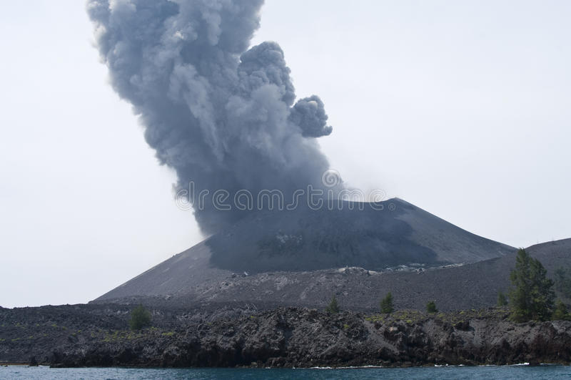 喷发krakatau的anak 免版税库存照片