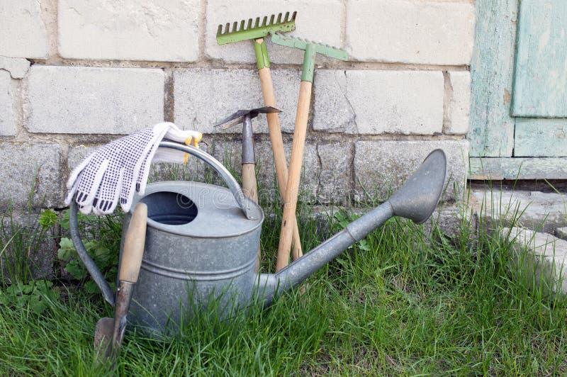 喷壶和园艺工具 免版税库存照片