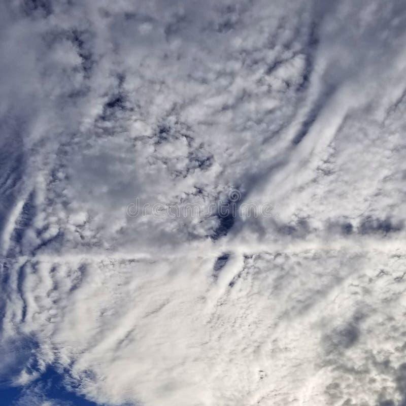 喷射气流道路穿过云彩 免版税图库摄影