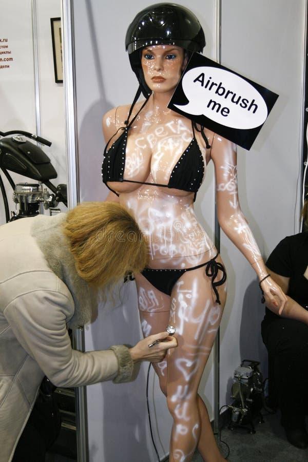 喷枪喷射的时装模特妇女 免版税库存照片