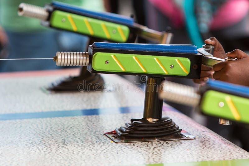 喷枪水射击小河在狂欢节比赛 免版税库存图片
