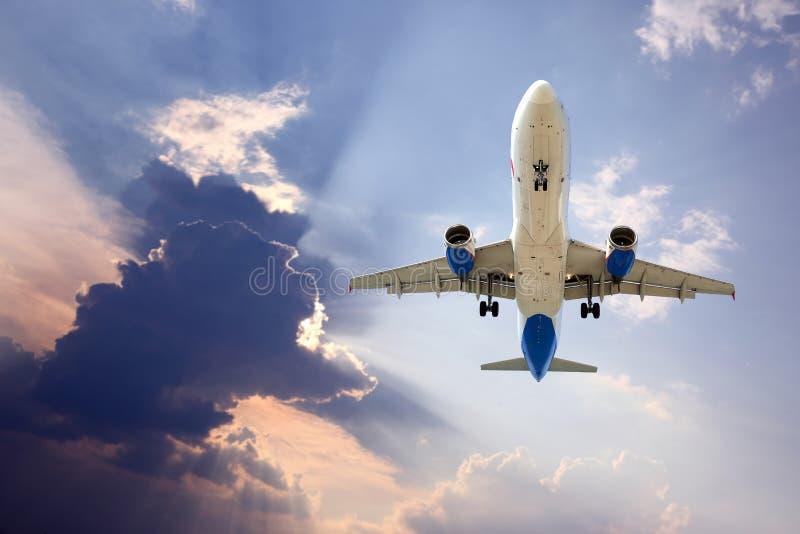 喷气式客机在天空的飞机飞行 库存照片