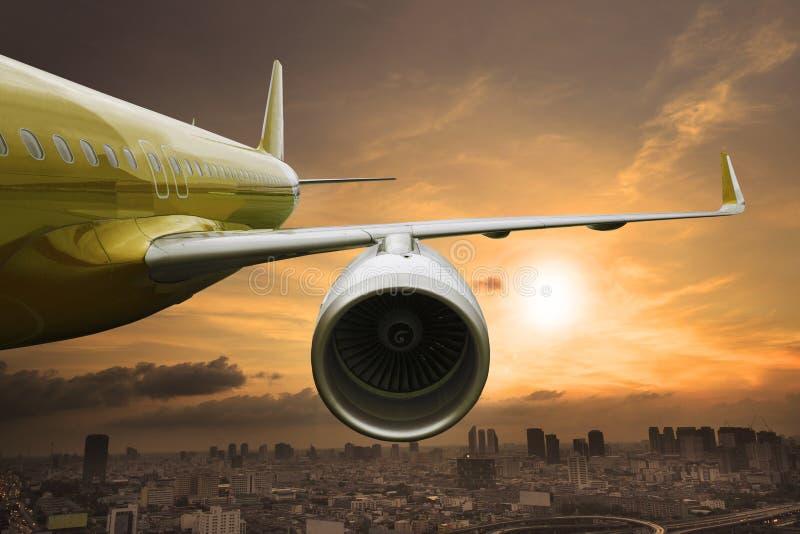 喷气式客机在都市场面用途上的飞机飞行航空器的tr 免版税图库摄影