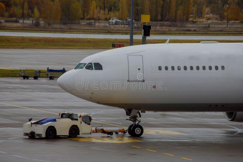 喷气机在装货的机场靠了码头飞机 库存照片