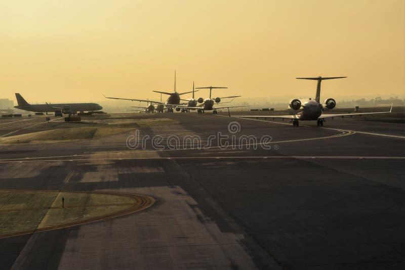 喷气机排行滑行道在LAX 免版税库存图片