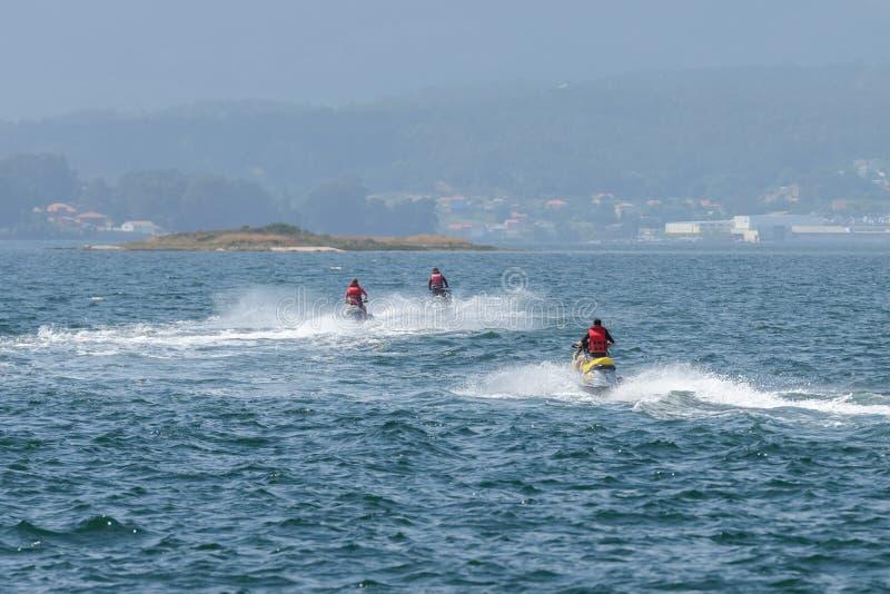 喷气机滑雪的年轻人在海 免版税库存图片