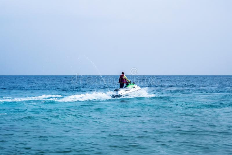 喷气机滑雪的,热带海洋年轻人 免版税图库摄影