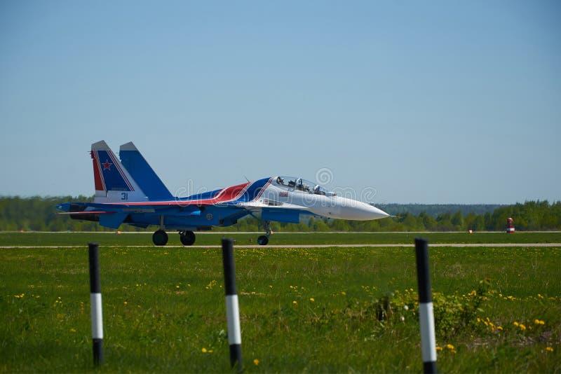 喷气机苏-27特技队`俄语授以爵位在机场的跑道的`立场 免版税库存图片