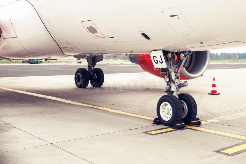 喷气机飞机的起落架和飞机脚架,停放 图库摄影