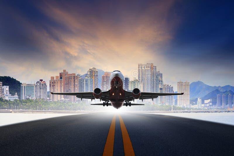 喷气机从空气transp的都市机场跑道用途起飞 库存图片