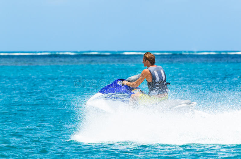 喷气机滑雪的年轻人 免版税库存图片