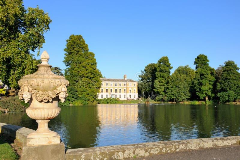 喷泉从事园艺kew宫殿池 免版税图库摄影