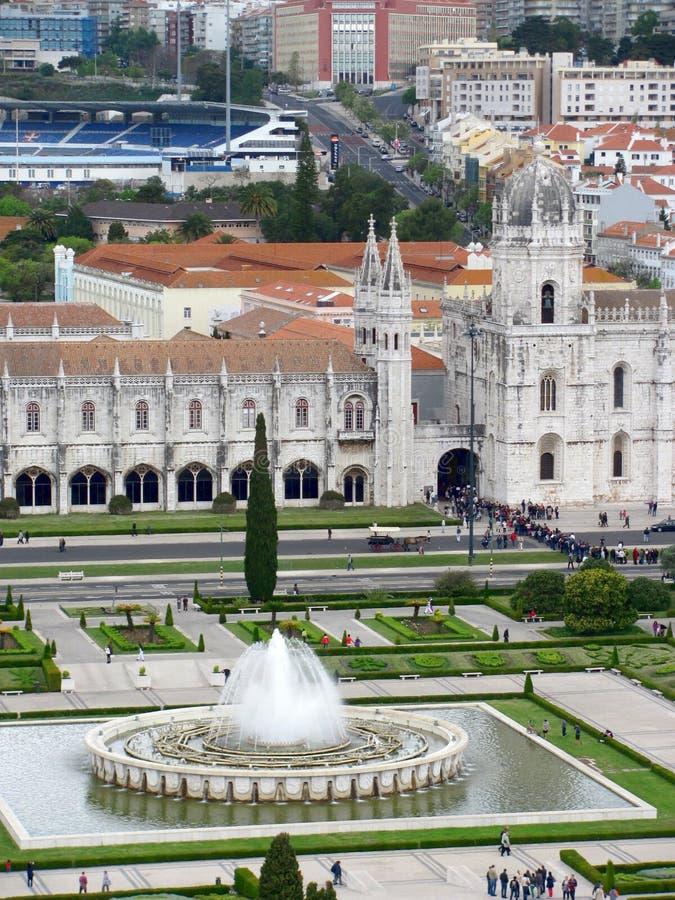 喷泉全景在帝国正方形和Jeronimos修道院,里斯本葡萄牙的 免版税库存照片