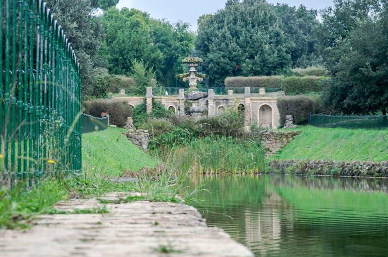 喷泉历史建筑的雕刻的建筑构成的水和纪念碑a流程小河  免版税库存图片