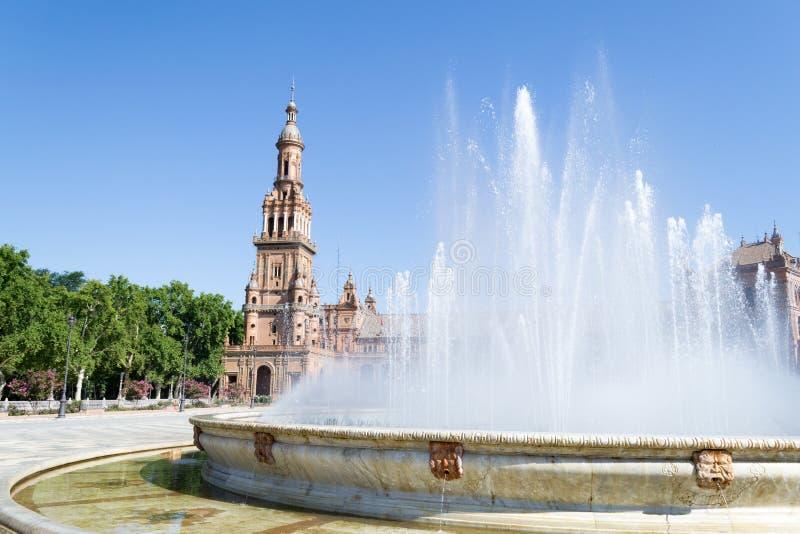 喷泉和塔在西班牙广场 图库摄影