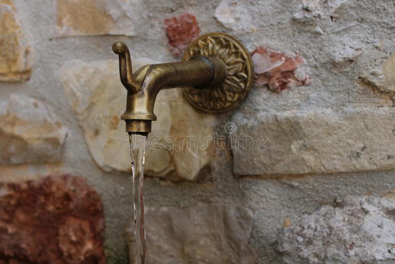喷泉和墙壁由石头做成 免版税库存图片