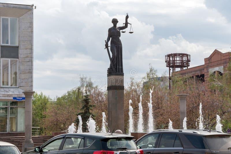 喷泉和忒弥斯雕象-正义的女神在克拉斯诺亚尔斯克疆土的法院大楼的附近,Prospekt的米拉 免版税库存照片